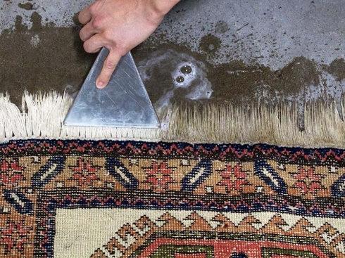 pranie frędzli na dywanie